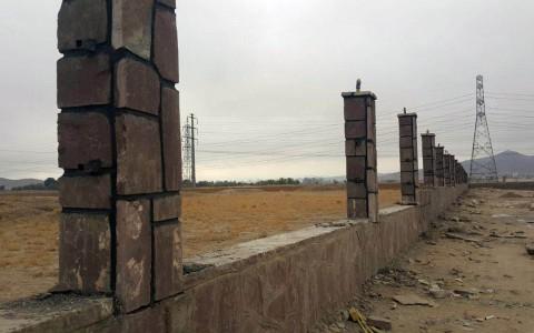 تکمیل پایه های سنگی عملیات دیوارکشی در اراضی متعلق به شرکت واقع در صفی آباد – ۹۵/۷/۲۸